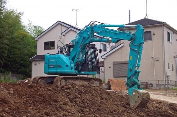 土を掘るショベルカー