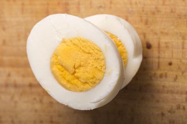 切ったゆで卵