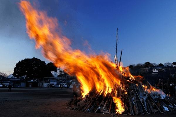 火が燃え盛るどんど焼きのサイト