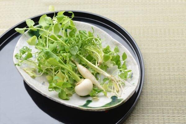 皿に並べた春の七草