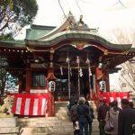 初詣の参拝者と神社