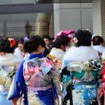 成人式に集まった着物姿の女性