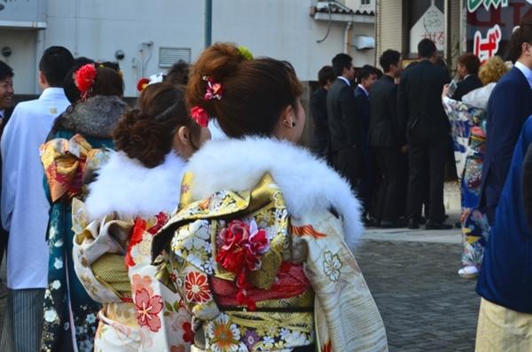 晴れ着を着て集まった新成人たち