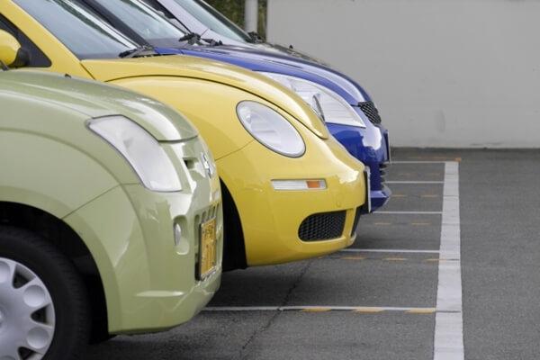 駐車場に並ぶレンタカー