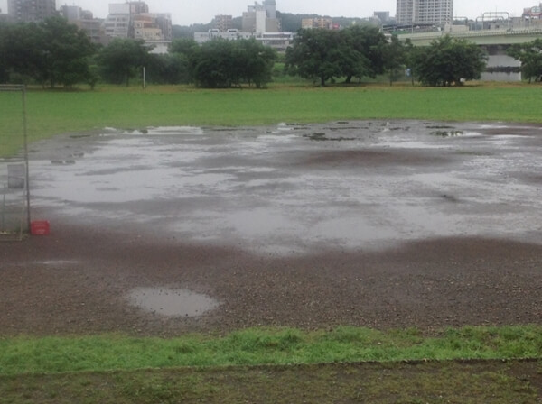 雨が降ったグラウンド