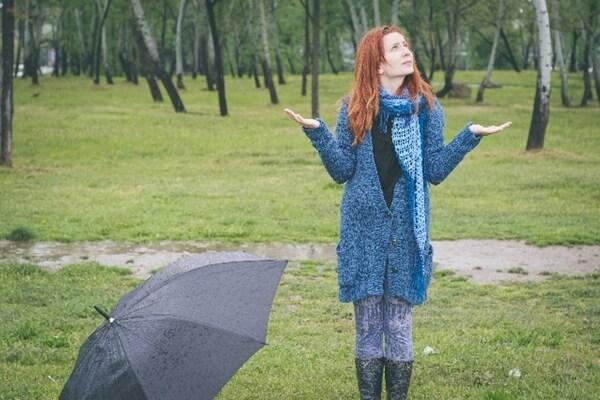 雨を確認する女性