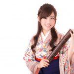 卒業証書を持った袴姿の女学生