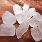 並べた氷砂糖の粒