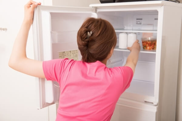 冷蔵庫を開ける女性