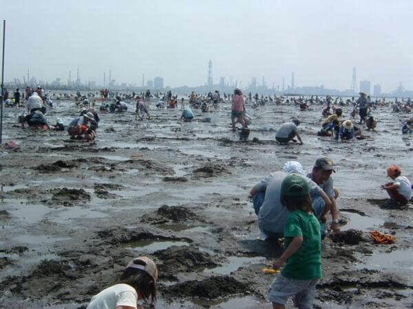 潮干狩りの人で賑わう浜