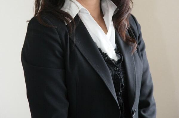 黒のスーツを着た新入社員