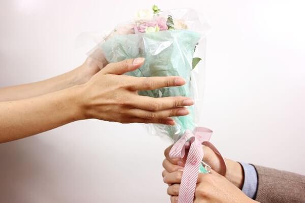 女性にプレゼントする男性