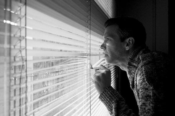 外を眺めるアメリカ人男性