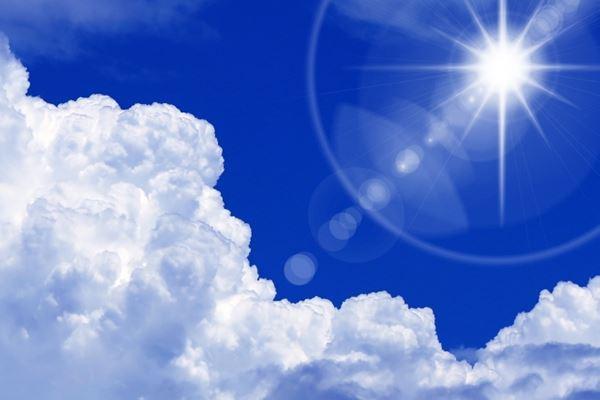 真夏の太陽と青空