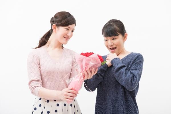 母に花束を渡す娘