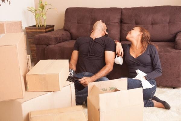 荷造りをする夫婦