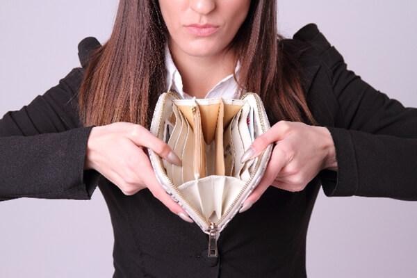 財布を広げて見せる女性