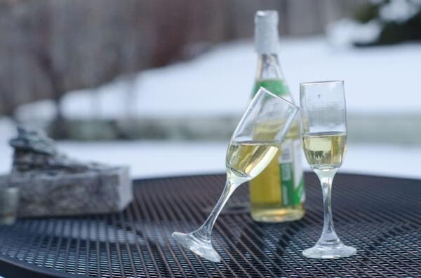 テラス席に置かれた白ワインのグラスとボトル