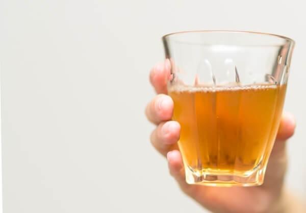 麦茶を入れたガラスのコップ