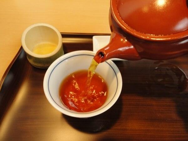 熱い麦茶を入れた急須と茶碗