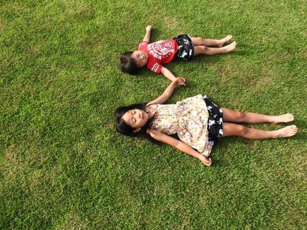 芝生に寝転がる子供