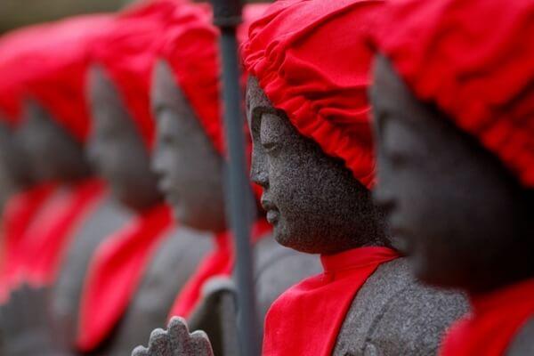 赤い頭巾とよだれかけをしたお地蔵様