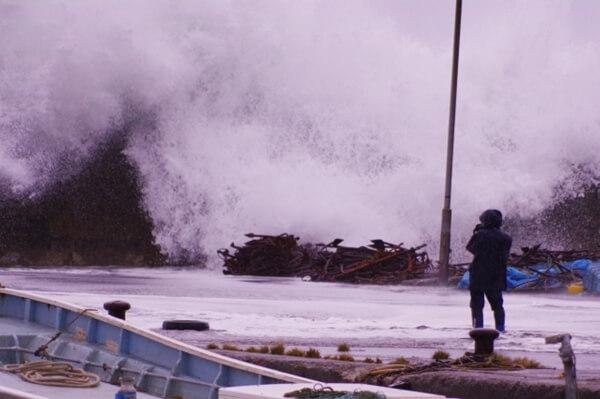 台風の影響による大波