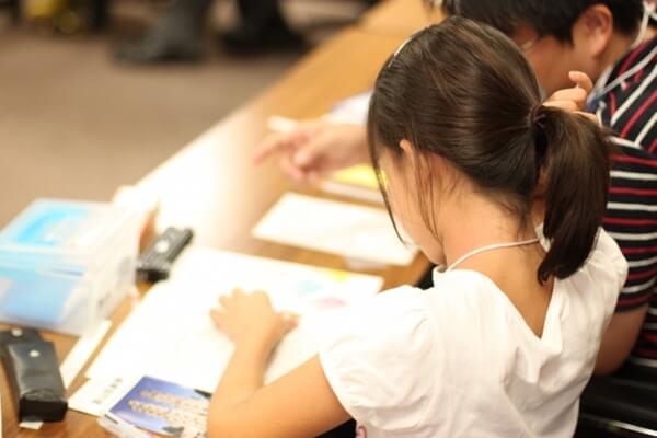 夏休みの宿題をする女の子