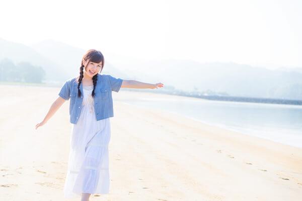 砂浜を歩く女子