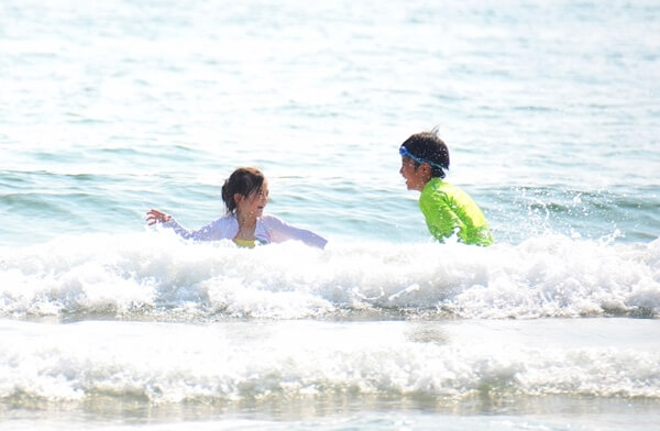 海で遊ぶ兄妹