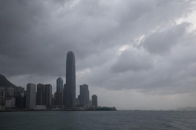 厚い雲に覆われる香港