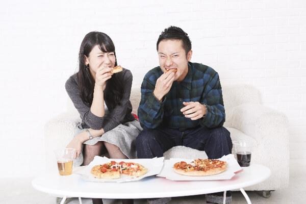 ピザを食べる男女