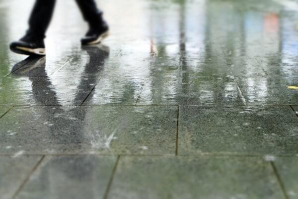 雨に濡れた路面