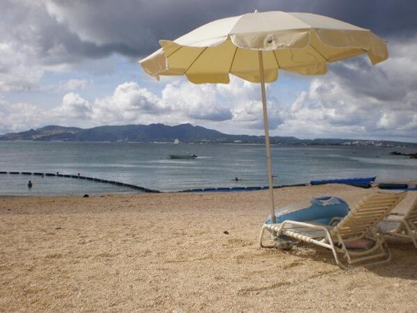 ビーチパラソルと砂浜