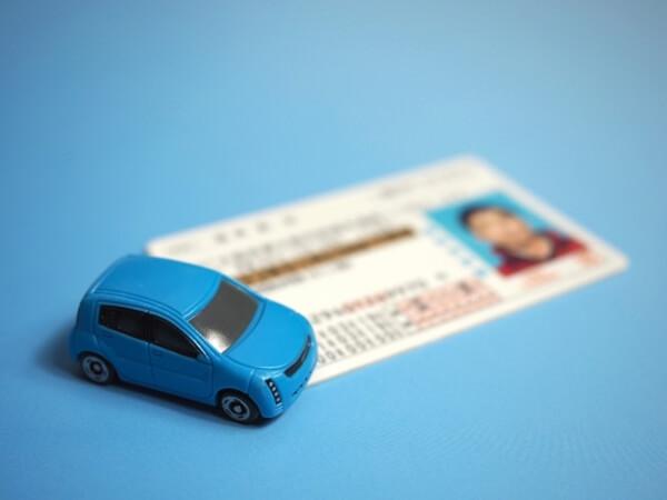 青い車と免許証