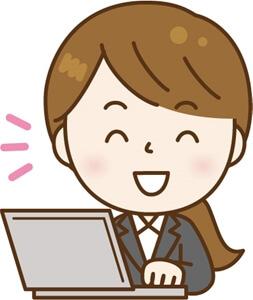 笑顔でパソコンを使う女性社員