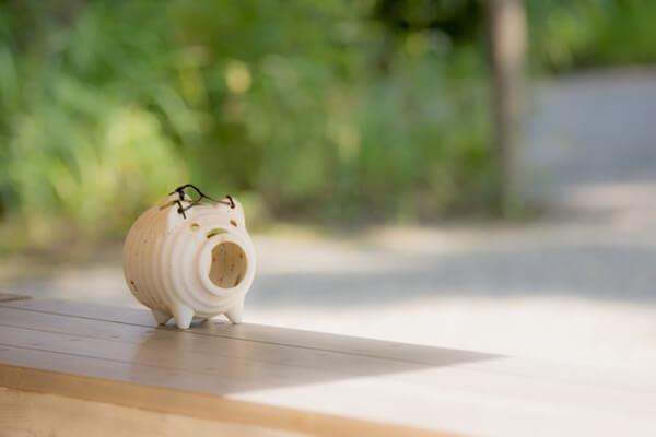 縁側に置いた蚊取り豚