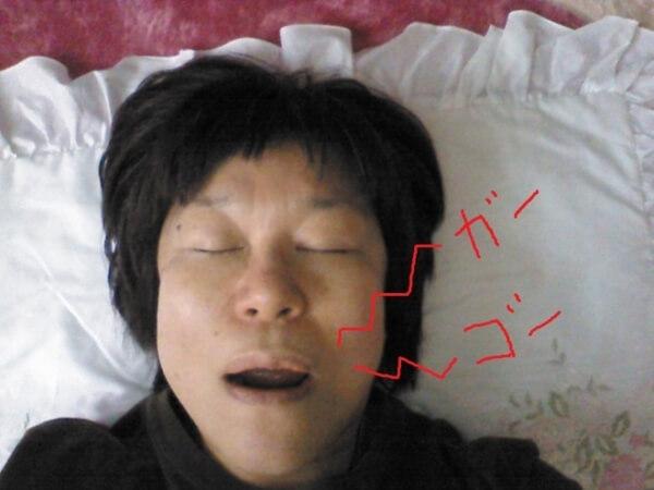 口呼吸で眠る女性