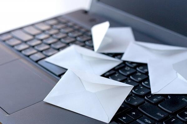 パソコンと封筒