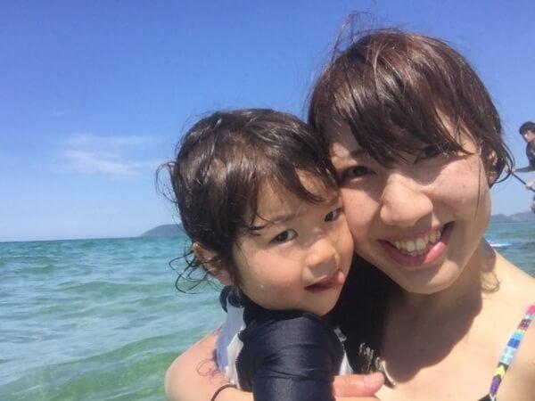 海水浴をする赤ちゃんとお母さん