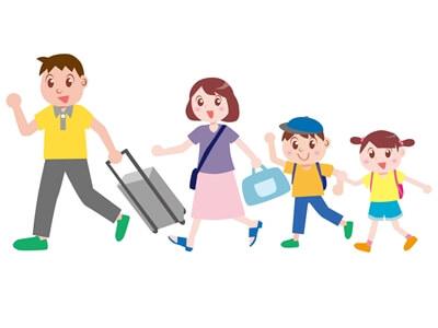 夏休みの旅行に出かける家族