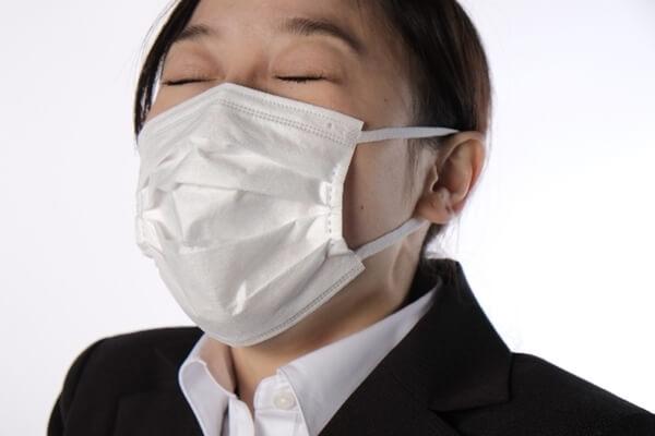 花粉症でくしゃみをする女性