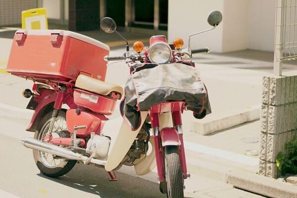 郵便配達員のバイク