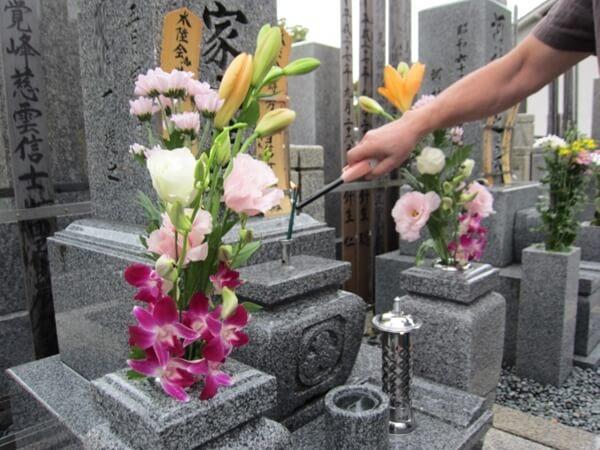 花を供えたお墓