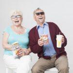 映画を見る老夫婦