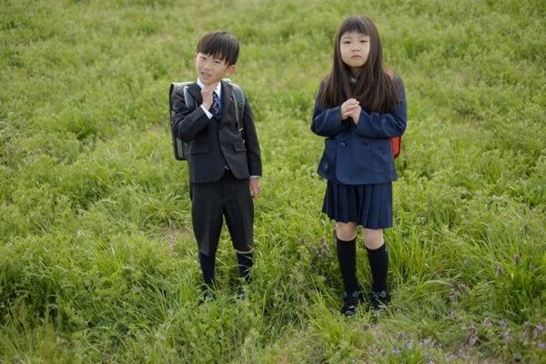 小学生の男子と女子