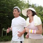 ジョギングする老夫婦