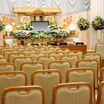 空席が目立つ葬儀場