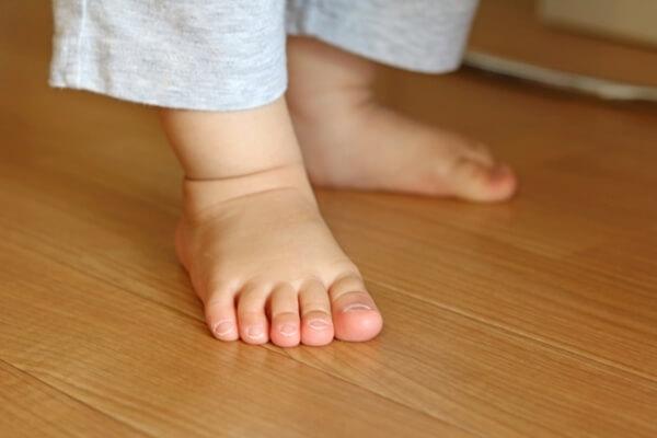 フローリングを歩く子供の足