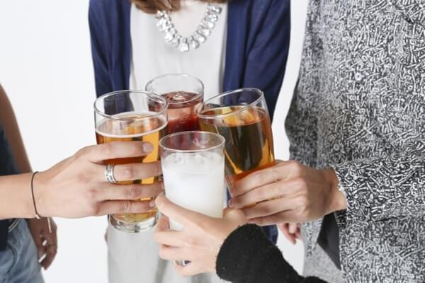 忘年会で乾杯する男女